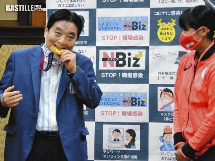 名古屋市長脫口罩咬壘球女將金牌 網民轟噁心