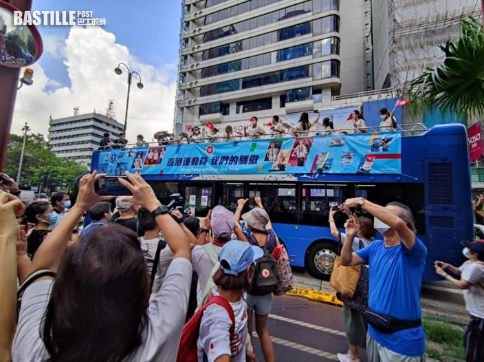 凱旋巡遊 港將乘開篷巴士現身 市民夾道興奮揮手喝采