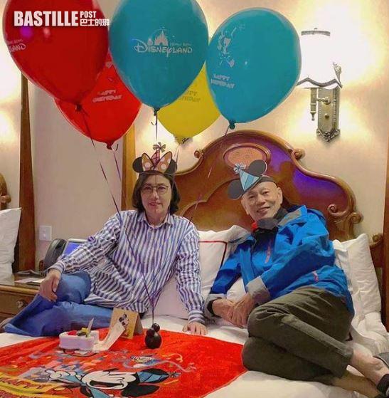 74歲生日去Staycation 汪明荃羅家英穿「攞你命3000」情侶Tee慶祝