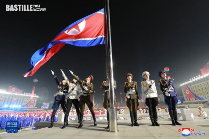 這張朝中社9月9日提供的圖片顯示的是閱兵式開始前舉行的升國旗儀式。nnnnn  為慶祝朝鮮民主主義人民共和國成立73周年,朝鮮於9日零點開始在首都平壤市中心的金日成廣場舉行民間及安全武裝力量閱兵式,朝鮮勞動黨總書記金正恩出席並檢閱了部隊。nnnnn  新華社朝中社
