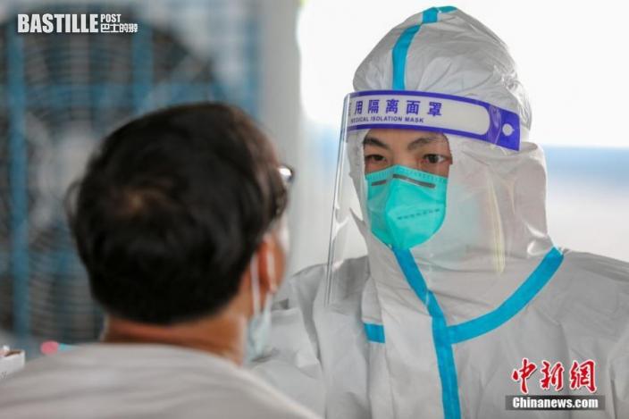 9月19日,福建省泉州市晉江市,醫務人員為市民做核酸檢測採樣。圖:中新社