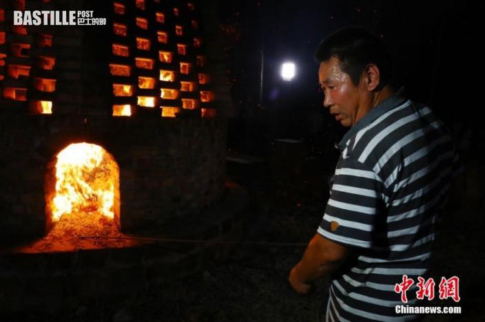 圖為村民準備往中秋聖塔里添加柴火。中新社
