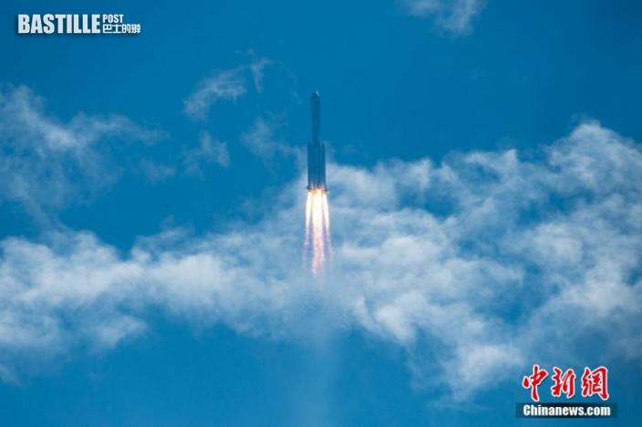 圖為搭載天舟三號貨運飛船的長征七號遙四運載火箭穿越雲層。中新社