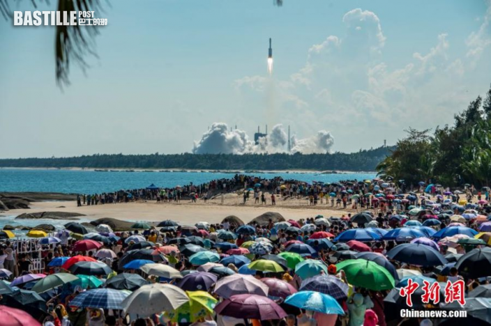 圖為眾多民眾聚集在海灘觀看長征七號遙四運載火箭點火升空。中新社