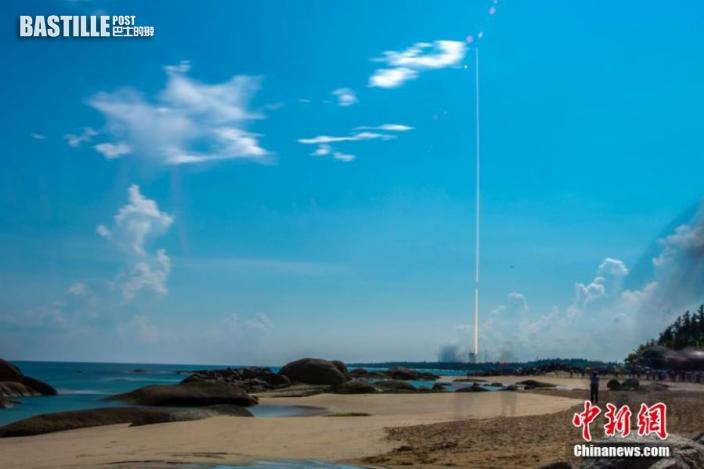 圖為長征七號遙四運載火箭點火升空。(長曝光圖)中新社