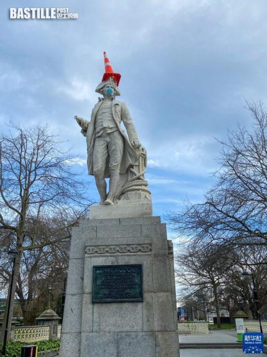 9月8日,在紐西蘭南島最大城市克賴斯特徹奇,市區的庫克船長塑像被人戴上了口罩。本輪疫情中,紐西蘭政府越來越強化公共場所戴口罩的要求。圖:新華社