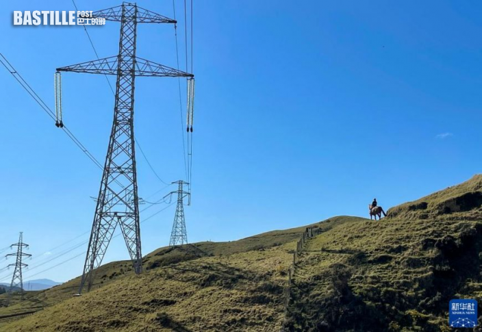 9月19日,一名女子在紐西蘭首都惠靈頓的山間騎馬前行。圖:新華社