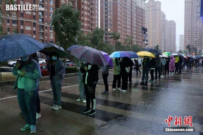 9月21日,黑龍江哈爾濱,居民排隊等待進行核酸檢測。圖:中新社