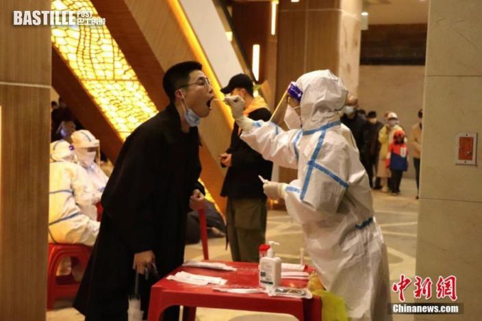 9月21日,黑龍江哈爾濱,醫護人員為居民進行核酸檢測。圖:中新社