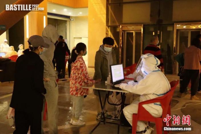 9月21日,黑龍江哈爾濱,居民排隊進行核酸檢測登記。圖:中新社