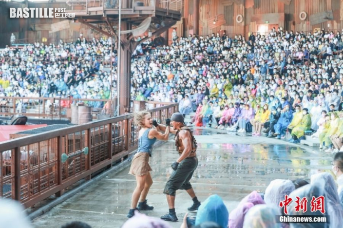 9月21日,北京環球度假區內的「未來水世界」景區,演員表演吸引遊客。9月20日,北京環球度假區正式開園,包括北京環球影城主題公園、兩家度假酒店、北京環球城市大道。圖:中新社