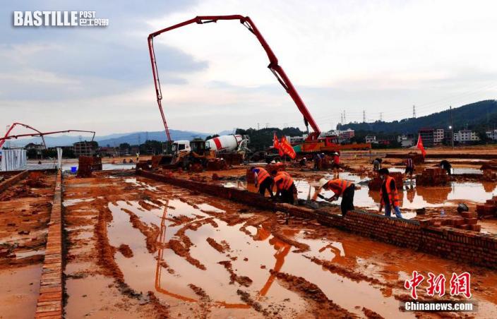 圖為9月22日,施工人員在仙遊方艙臨時隔離點項目工地加緊建設。 張斌 攝