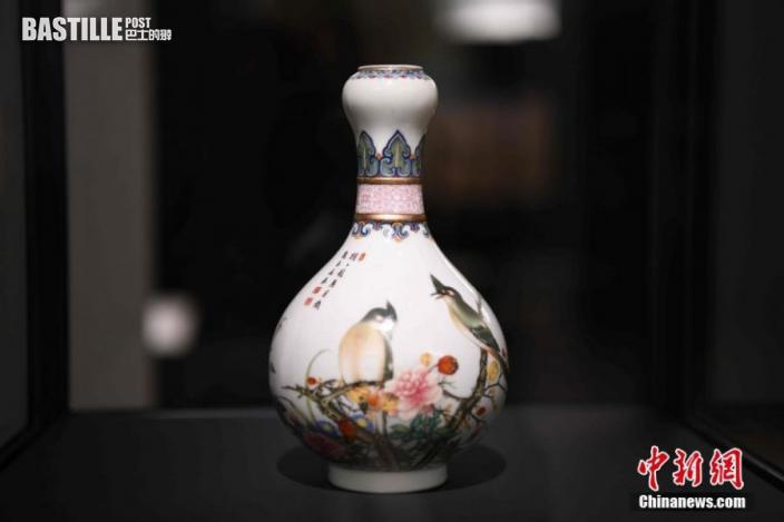 圖為展覽中展示的一件中國清朝乾隆時期瓷器。中新社