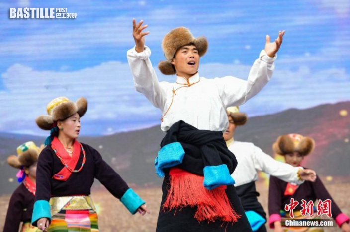 9月23日,「中國農民豐收節」西藏慶祝活動在拉薩市墨竹工卡縣舉行,當地民眾載歌載舞,慶祝「豐收節」。圖:中新社