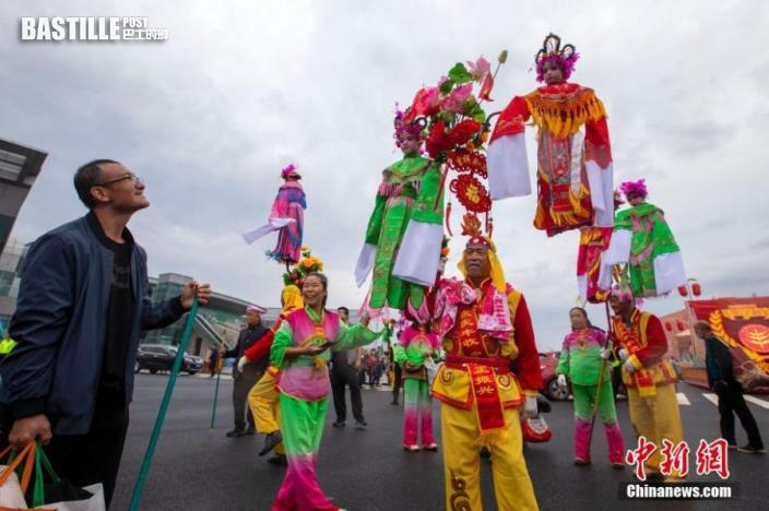 9月23日,山西晉中,當地民眾表演社火慶祝豐收節。圖:中新社