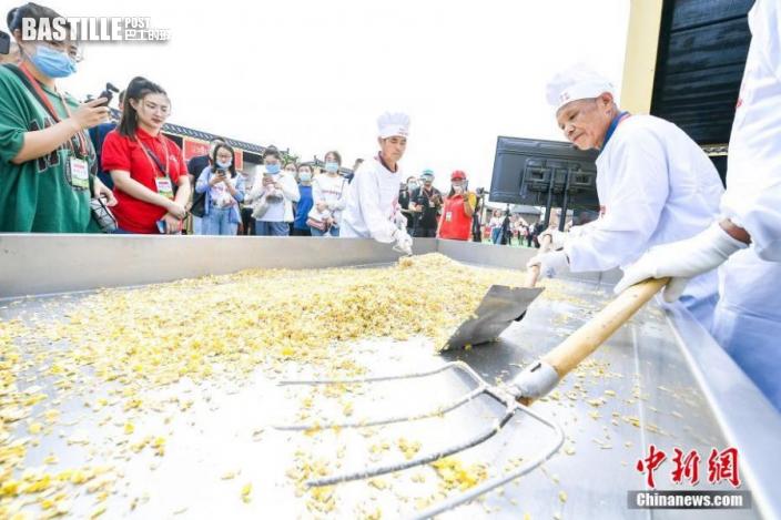 9月23日,傳承人展示天津特產冬菜製作技藝。當日,天津市「2021年中國農民豐收節」主會場在靜海區良王莊鄉多興莊園啟幕,現場全方位展示了天津市現代農業豐收成果。圖:中新社