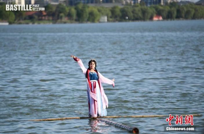 圖為特技非遺傳承人楊柳在現場展示「一葦過江」的絕技。中新社