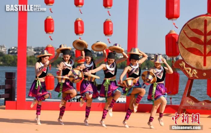 9月23日下午,2021年中國農民豐收節浙江嘉興主場其中一項子活動,「亮絕活·樂豐收」長江水文化習俗展演活動在浙江嘉興湘家盪月亮灣沙灘舉行。歌舞表演、非物質文化遺產技藝表演、水上特技表演等特色融合節目集中亮相,精彩的演出吸引了觀看者掌聲不斷。圖為演藝人員在表演《快樂的草帽》。中新社