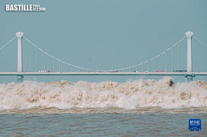 9月23日,錢塘江潮水經過江東大橋。圖:新華社