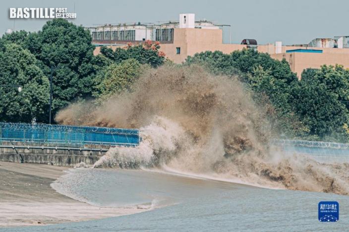 9月23日,錢塘江潮水衝擊堤壩形成巨浪。圖:新華社