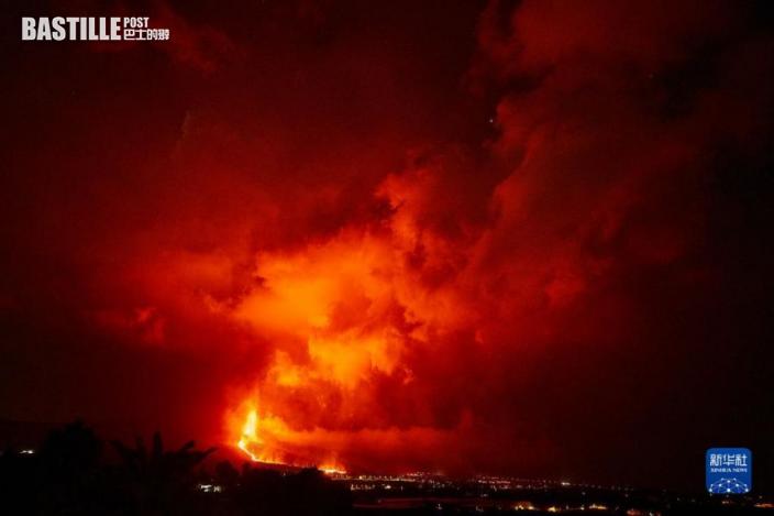 這是9月24日在西班牙拉帕爾馬島拍攝的老昆布雷火山噴發的景象。目前,已有超過400座房屋被火山流出的岩漿摧毀。圖:新華社