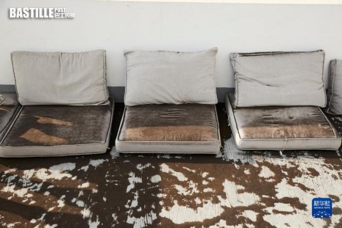 9月24日,西班牙拉帕爾馬島一戶居民家的戶外沙發被灰塵覆蓋。圖:新華社