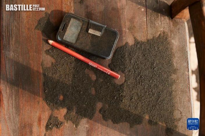 9月24日,西班牙拉帕爾馬島一戶居民家的物品被灰塵覆蓋。圖:新華社