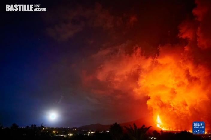 這是9月24日在西班牙拉帕爾馬島拍攝的老昆布雷火山噴發的景象。圖:新華社