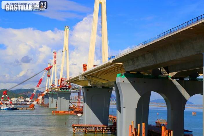 珠海珠機城際金海特大橋四座鋼塔全部架設完成