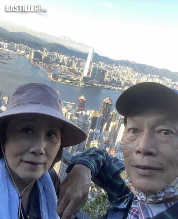 讚維港景色呼我愛香港 汪明荃羅家英戴情侶口罩山頂漫步