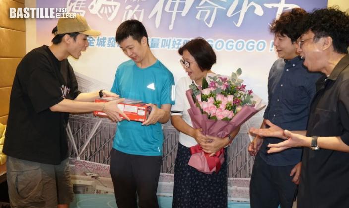 蘇樺偉獲贈遊戲機喜出望外 吳君如瞓身宣傳被封「謝票女王」