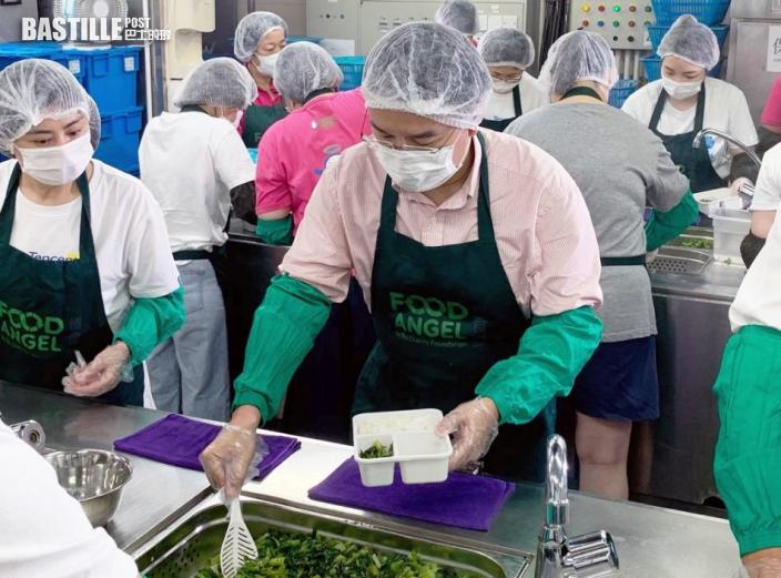 許正宇參與義工活動 為長者製作及派發愛心飯餐