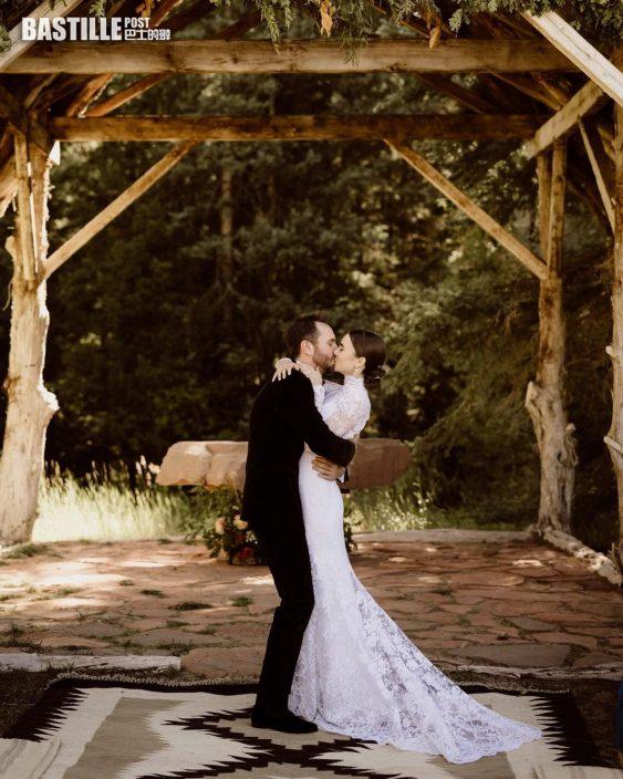 同導演男友甜晒婚紗相 Lily Collins宣布上周末已結婚