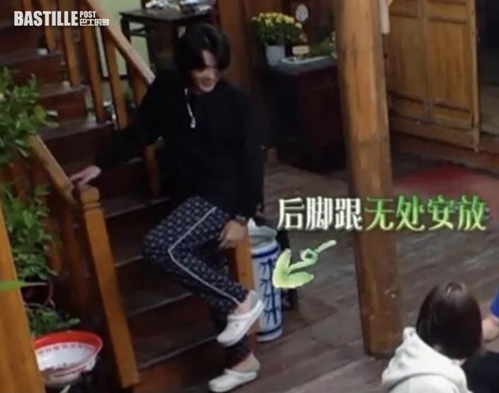 【網友笑睇性病】涉誘姦未成年少女   吳亦凡銬上腳鐐被押往醫院