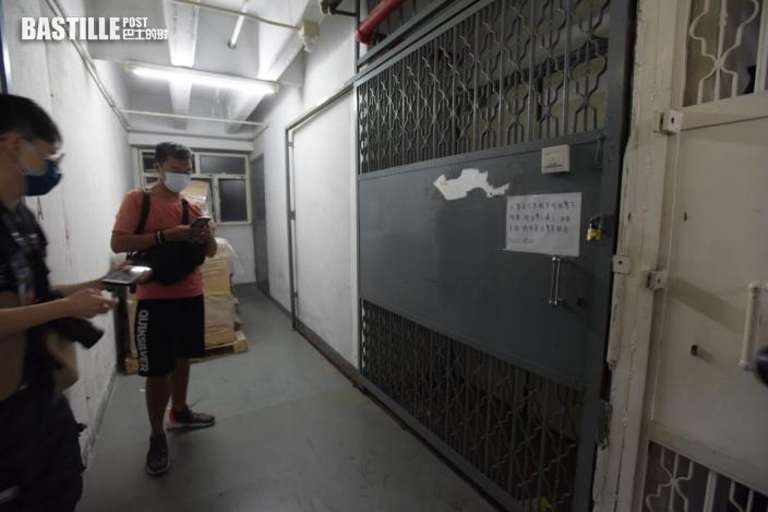 支聯會再有常委被捕 警方押解鄧岳君搜查葵涌貨倉