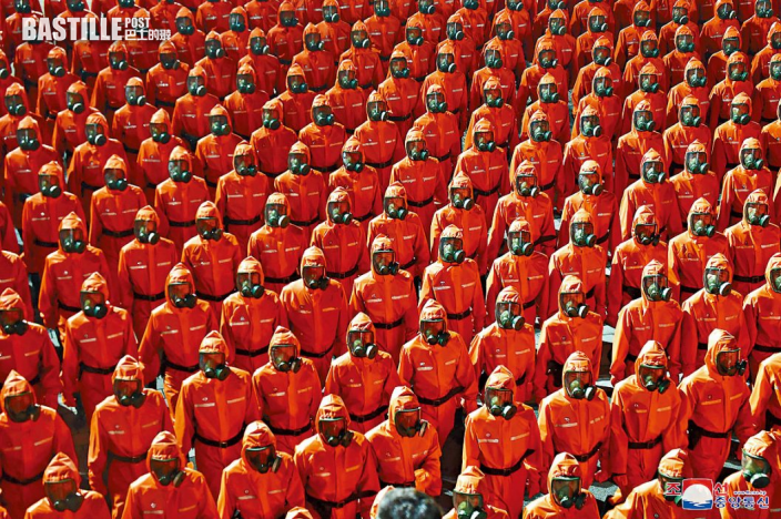 北韓深夜閱兵 士兵穿防護衣列隊
