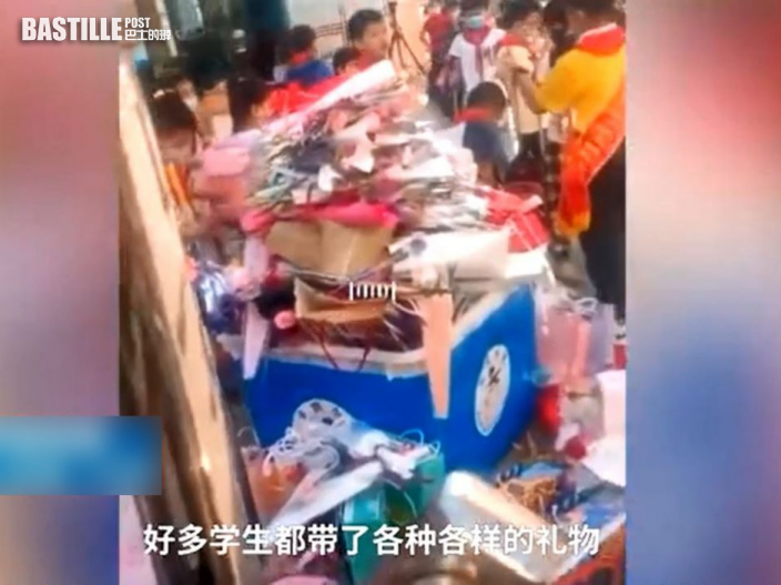 湖北小學教師節禁送禮 專人攔截鮮花禮品扔滿一地