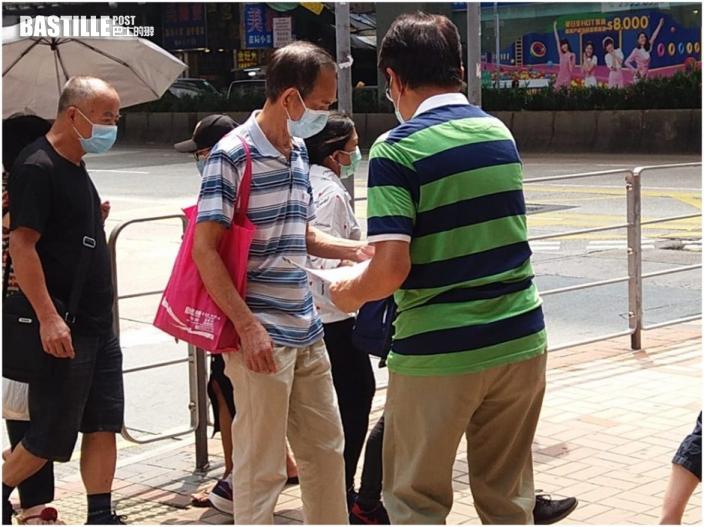 教聯會會長黃均瑜旺角派傳單 介紹新選舉制度