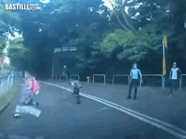 Juicy叮|2學童衝出馬路險被撞 幸司機及時剎車:嚇到個心離一離
