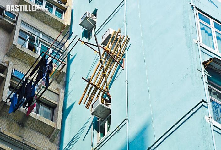 狗臂架連棚架傾側 工人墮樓「半天吊」