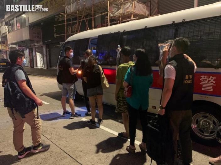 砵蘭街單位搗非法遊戲機賭檔 警拘8人