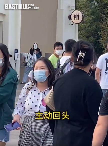 鄧超穿螢光綠Tee遊樂園  主動邀粉絲合照獲讚:又帥又Nice