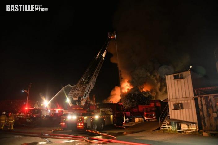 青衣廢鐵回收場11米「廢料山」凌晨起火 濃煙沖天 消防籲受影響市民關窗