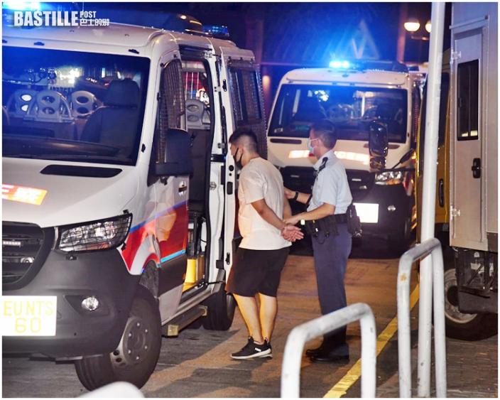 報失貨車荃灣逃捕撞警車 警拔槍拘2男1女
