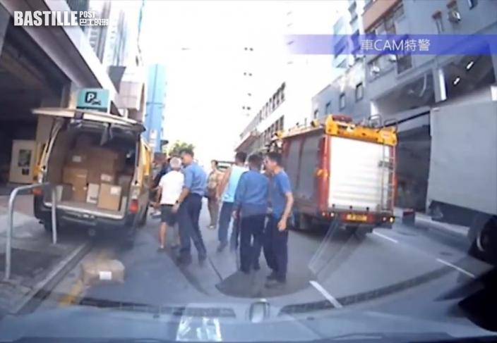 車cam直擊|客貨車溜後司機救車不果 途經消防迅速出手協助獲激讚