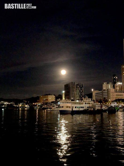 中秋前夕市民維港兩岸拍攝月色