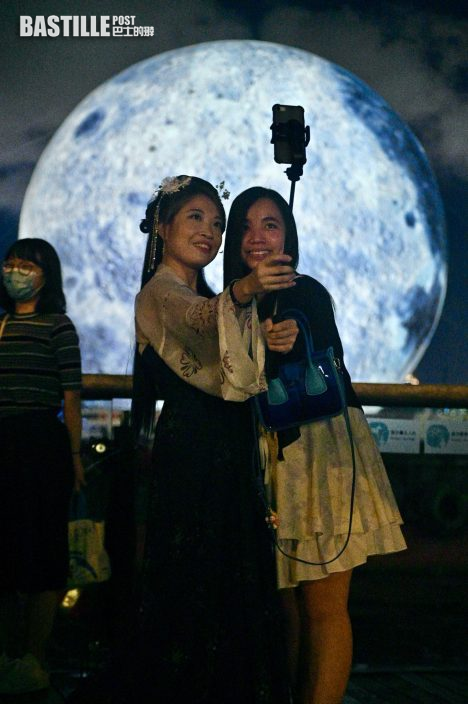 中秋前夕多區市民賞月 與觀塘海濱15米高巨月合照