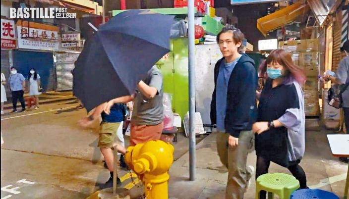 姜濤拒雨傘遮擋 大方任影