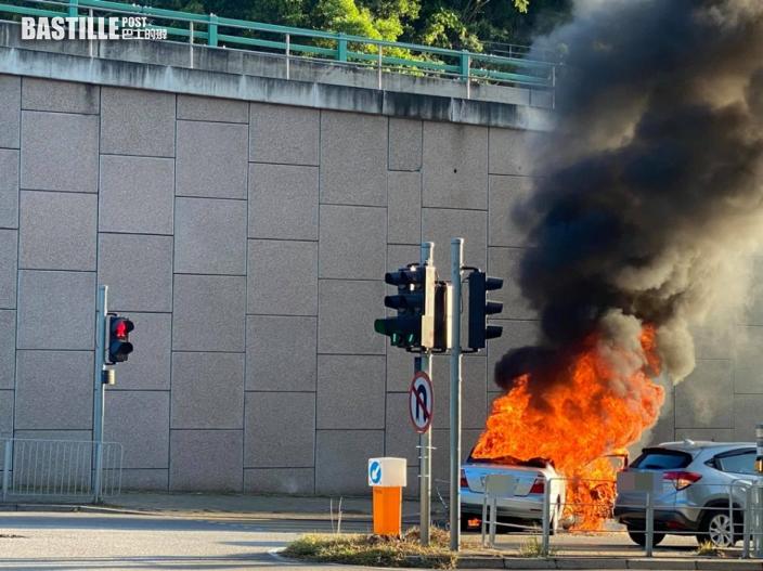 屯門私家車撞欄自焚 司機乘客及時落車