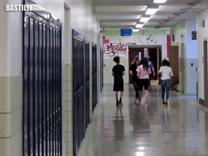 塗黑臉部抗議強制打疫苗 美國學校職員被勒令休假候查
